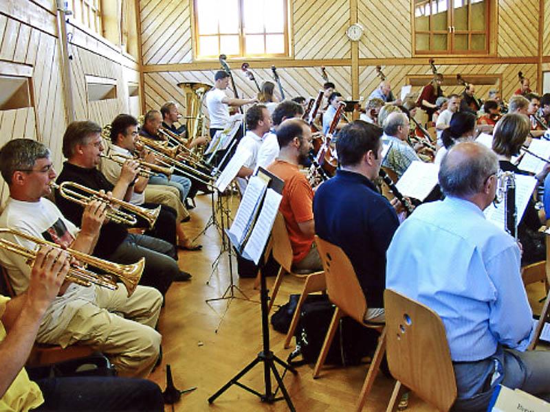 Das Wichtigste der Musikwoche sind natürlich die täglichen Proben. Damit beginnt es dann am Samstag Vormittag in der Turnhalle in Birnfeld.