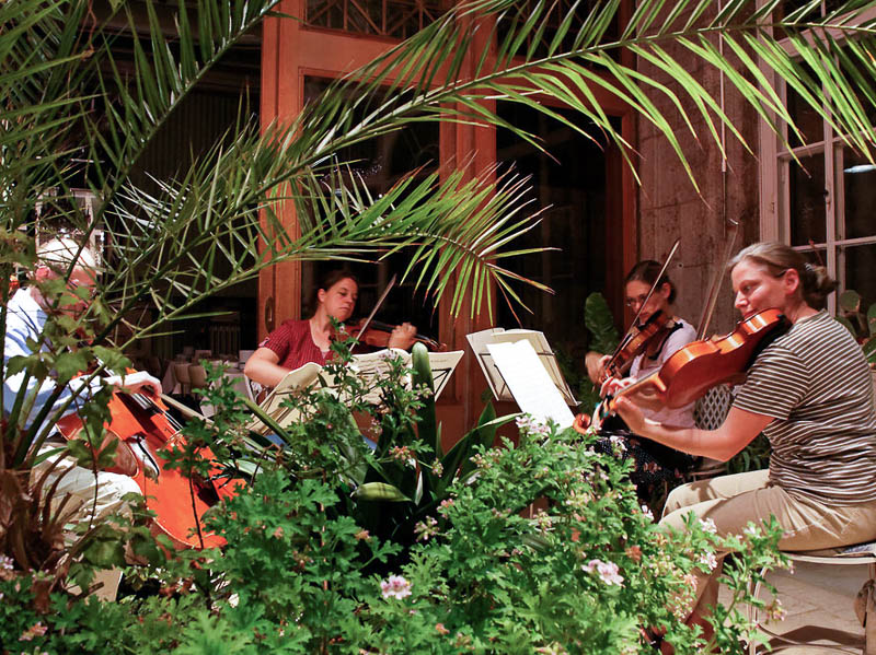 Abends wird regelmäßig in den verschiedensten Besetzungen musiziert.